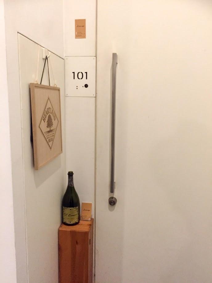 「101」の玄関