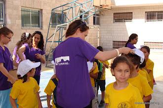 Photo: Distribution des casquettes