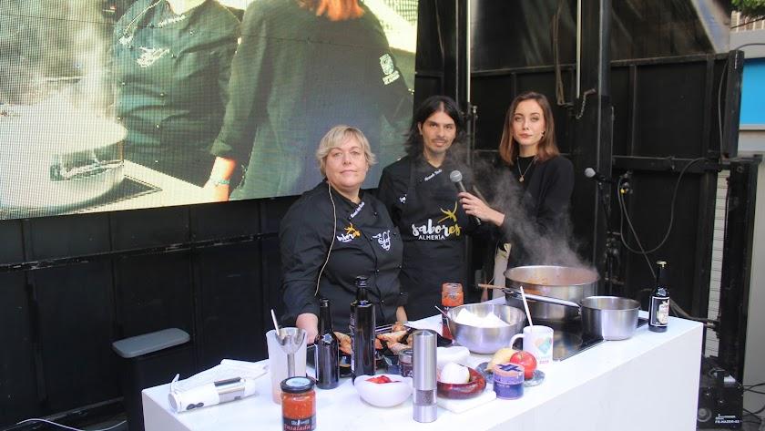 La chef de 'Tu Chef Talleres', Mariela Pérez Bocchio; y Facundo Vedia siendo entrevistados por la periodista Ana Márquez Vera.