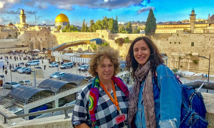 Гид в Иерусалиме с туристами на фоне Храмовой горы с Стеной Плача.