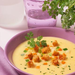 Kohlrabicreme Suppe mit Jungzwiebeln und Croutons