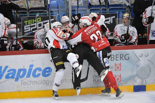 Sports fjärdekedja med E.Riska - F. Riska - Karvinen irriterade JYP:s spelare gång på gång under matchen.Foto: Samppa Toivonen
