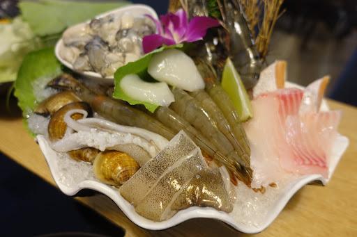 6號海陸鍋超級澎湃👍🏻 5尾白蝦+兩顆干貝+兩片鯛魚+兩片鮭魚肚+透抽+蛤蜊+兩尾大草蝦+滿滿一小碗牡蠣,還有七片牛小排肉片,吃得好撐啊