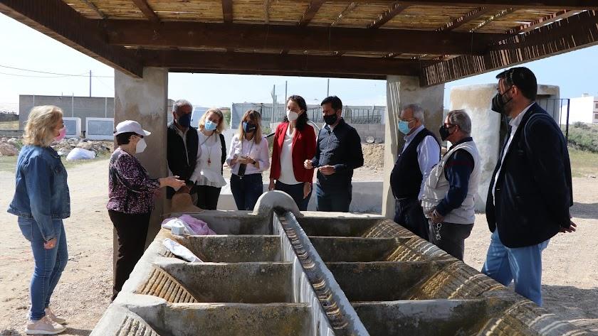 El alcalde en su visita a los lavaderos junto a la asociación y vecinos.