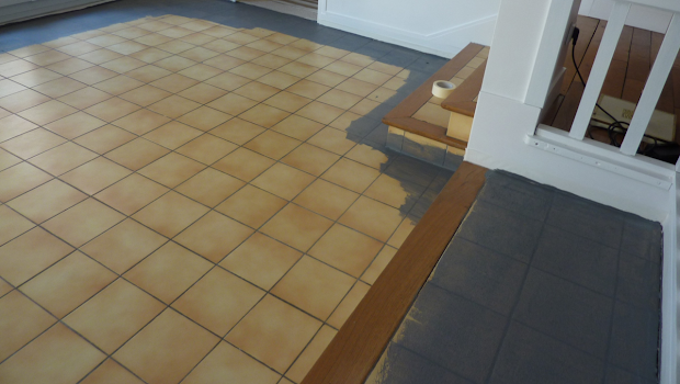 sol ancien carrelage rénové avec béton ciré par Les Bétons de Clara applicateur spécialisé béton cire