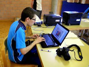 Photo: Michael Götti, Chef Rechnungsbüro beim Bearbeiten der Gruppenfotos
