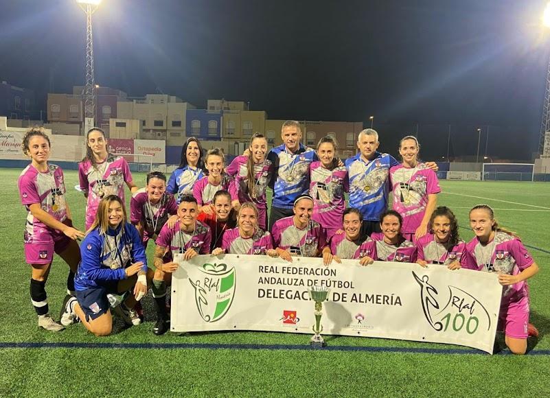 Las jugadoras del Roquetas celebran la Supercopa.