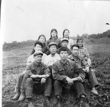Photo: 一九七五年在敦化县大石头镇公社双骆大队蹲点时在骆驼拉子小队与支部书记生产队长和社员在田间地头合影留念