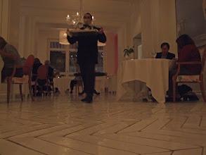Photo: Der Kellner fühlt sich bei seinem Balanceakt sicher wohler als ich bei meinem mit den ungewohnten Absätzen, ...