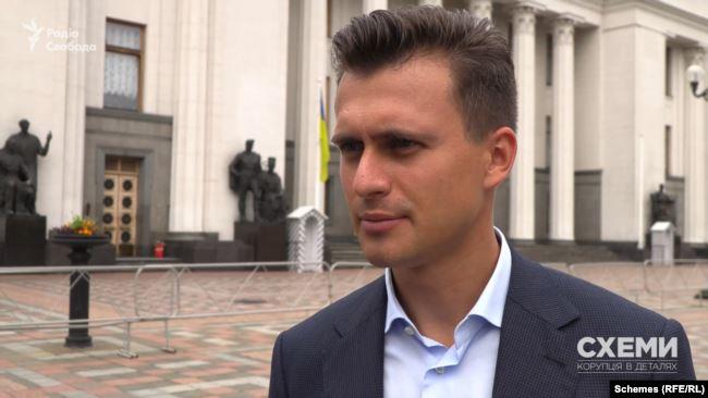 Сам парламентар пояснив свій вибір так: «Мій брат – людина з трьома вищими освітами»