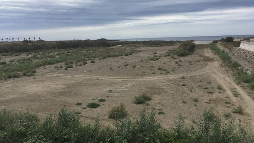 Desembocadura del río Andarax de donde la desaladora se nutre a través de 21 pozos en tierra firme como si fuese una desalobradora.