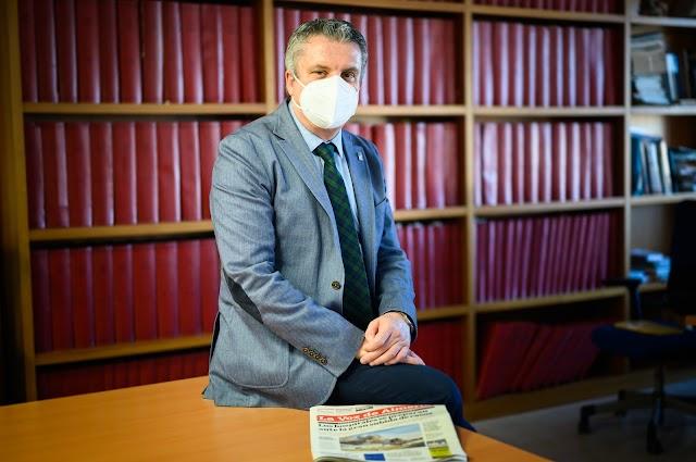 Juan de la Cruz posa para el fotógrafo Juan Sánchez en la redacción de La Voz
