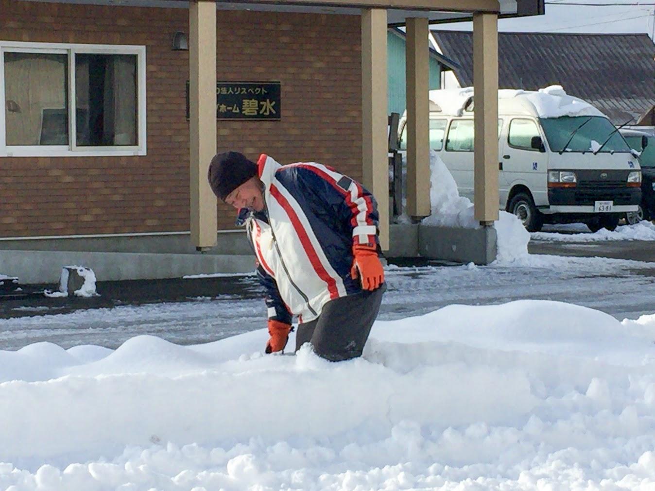 深い雪をかき分けて。。。