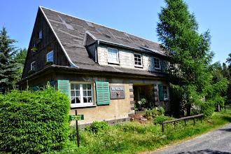 """Photo: Die Wache (tschechisch Stráž), 571 m, ist ein Pass im Lausitzer Gebirge (Lužické hory) an der Grenze zwischen Deutschland und Tschechien. Er befindet sich in der Einsattelung zwischen den Bergen Lausche (Luž, 793 m) und Sonneberg (627 m).Der Pass befindet sich jeweils etwa 700 m östlich des Gipfels der Lausche bzw. südwestlich des Gipfels des Sonnebergs an der Grenze der Gemarkungen Waltersdorf, Horní Světlá und Dolní Světlá. An der Wache kreuzen sich drei Wege. Der eine führt als Fortsetzung der in der Waltersdorfer Ortslage Sonneberg endenden Dorfstraße weiter nach Dolní Světlá; der andere ist der von Jonsdorf kommende Hohlsteinweg, dessen Verlängerung auf tschechischem Gebiet nach Myslivny führt. Außerdem führt auch der Kammweg zwischen den Rabensteinen / Krkavčí kameny und der Lausche über die Wache. Westlich der Wache erstreckt sich in Tschechien das Naturdenkmal Luž, östlich das Naturdenkmal Brazilka.Über den Pass führte seit dem Mittelalter ein Handelsweg zwischen der Oberlausitz und Böhmen. Mehrfach wurde den Kaufleuten von den böhmischen Königen die Benutzung der von Zwickau und Reichstadt über Niederlichtenwalde und Waltersdorf führenden """"Plunderstraße"""" untersagt und ihnen die Benutzung der Leipaer Straße befohlen. Allerdings benutzte selbst König Matthias II. im September 1600 die """"Plunderstraße"""", um die Stadt Zittau wegen eines Pestausbruchs weiträumig zu umfahren.Im Zuge der zum Ausgang des 19. Jahrhunderts einsetzenden touristischen Erschließung des Lausitzer Gebirges entstanden auf deutscher Seite das Hotel Rübezahl und auf böhmischer Seite das Gasthaus Deutsche Wacht, das für gewöhnlich Zur Wache genannt wurde. Außerdem wurde auf böhmischer Seite auch eine Trafik errichtet, neben den legalen Geschäften betrieben deren Inhaber auch Pascherei. Der Straßengrenzübergang an der Wache wurde von zahlreichen Ausflüglern zwischen Sachsen und Böhmen frequentiert. Gegenüber der Deutschen Wacht wurde Mitte der 1920er Jahre ein tschechoslowakisches Zollhau"""