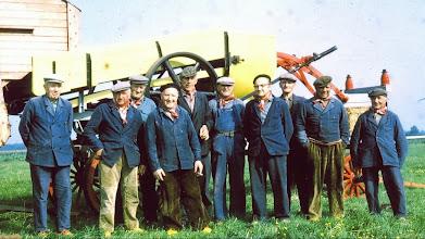 Photo: v.l.n.r. Jan Rozenveld (machinist), Rieks Oosting, Albert Scheper, Jan Bakker, Geert Hilbolling, Geert Pieters, Albert Mennega, Jan Rozenveld Az., Jan Mennega en Tienus Kun