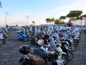 Photo: It.s5ITL117-141008Sorrente  parking du port deux roues, très utilisés, et minibus au fond   IMG_5582