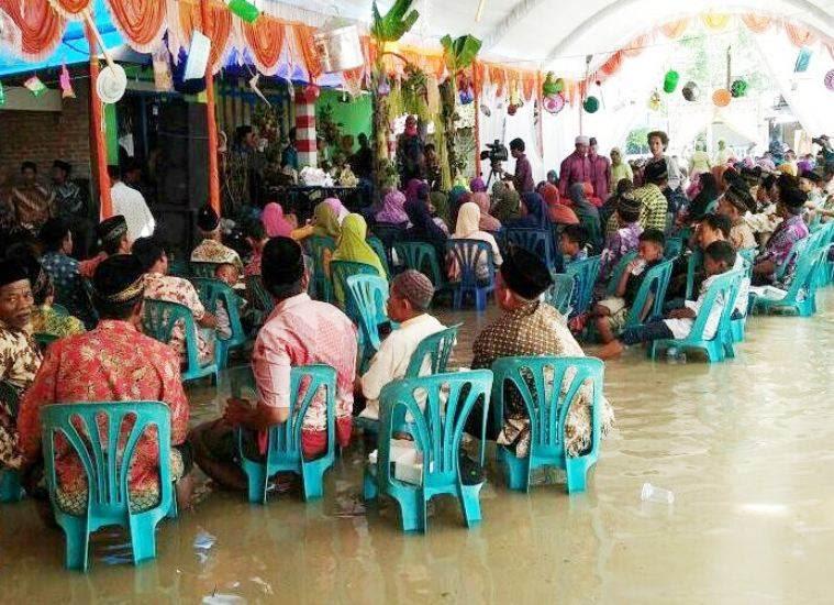 Pengantin di Ngawi melakukan pesta pernikahan saat banjir melanda