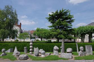 Photo: Exposition de sculptures en pierre parmi lesquelles des émaux ont été incrustés.