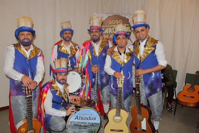 Los Guardasueños', el director junto a los músicos de la comparsa..
