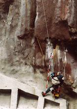 Photo:     吹きつけ法面      異常な亀裂確認。 浮石背面の開口亀裂と判断。