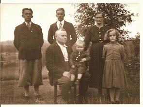 Foto: Stående fr. vänster: Leo, Antti, Lyydia, Kaariena Emmi. Sittandes: Edvard med yngsta sonen, Toivo, min far. Kangasfamiljen samlad sommaren 1939 i Laurila, Ajanki, Finland