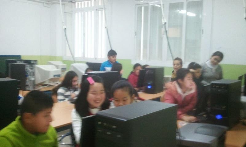Photo: Alumnado de 5º trabajando en la encuesta en el aula de informática
