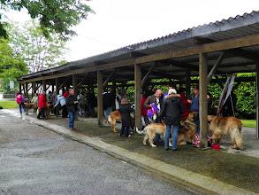 Photo: Un début de journée pluvieux oblige les gens à s'abriter
