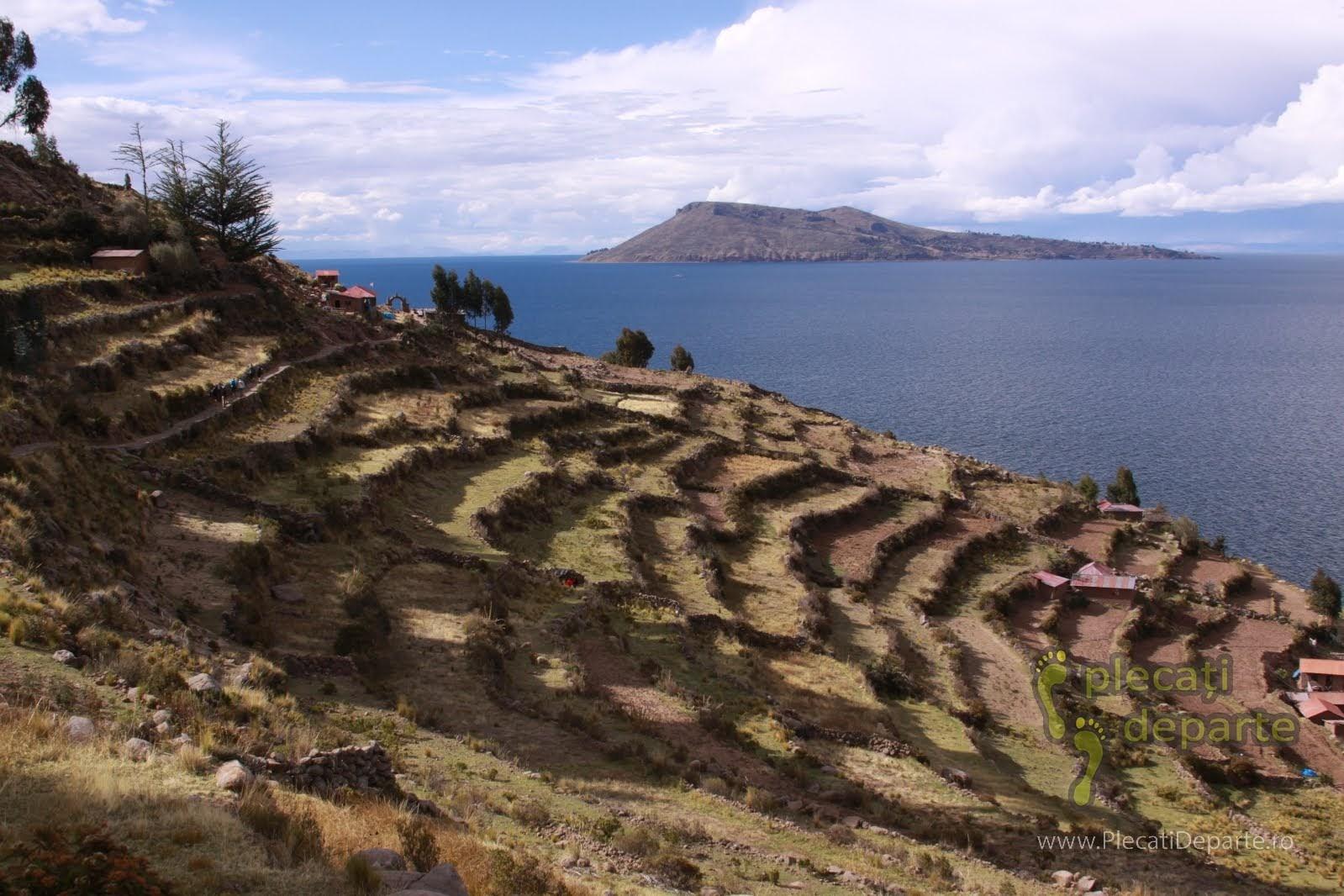 vedere spre insula Amantani, de pe Insula Taquile, pe Lacul Titicaca, la 4000m in Peru