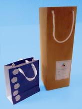 Photo: Sacolas em Diversos Tipos e Tamanhos. A da direita é para garrafas de vinho (SPP 094) em papel kraft. Temos outros tamanhos com o mesmo formato.