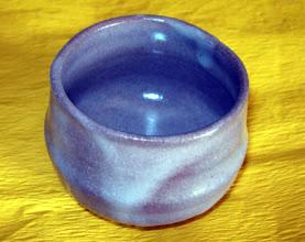 写真: 志野ぐい呑 琉球大田焼窯元:平良幸春作 柔らかな陶肌が味わいです。  掲載作品のお問い合わせは ℡/FAX 098-973-6100でお願致します。