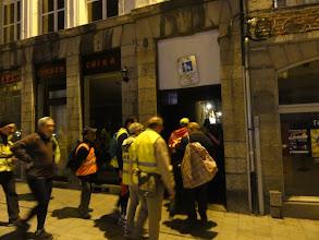 Photo: We stappen een smal straatje in