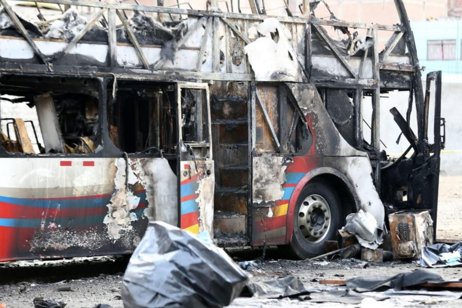sí quedó bus incendiado en Fiori, donde perecieron 17 personas. F