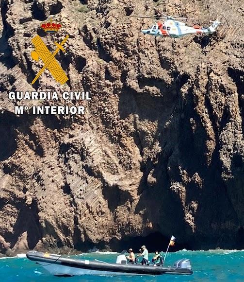 El helicóptero de Salvamento Marítimo rescató a las seis personas.