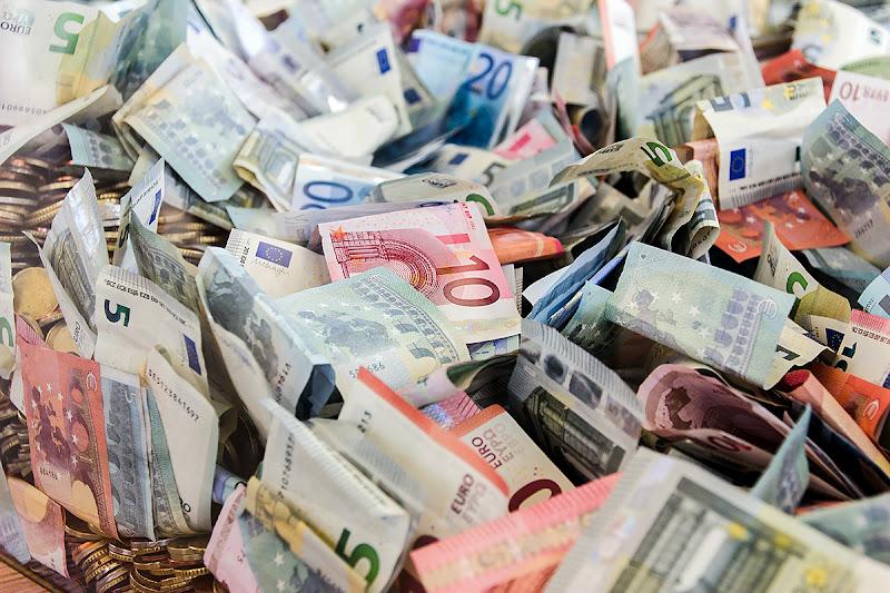 Soldi soldi soldi soldi, money money, dinero! di Simone De Barba