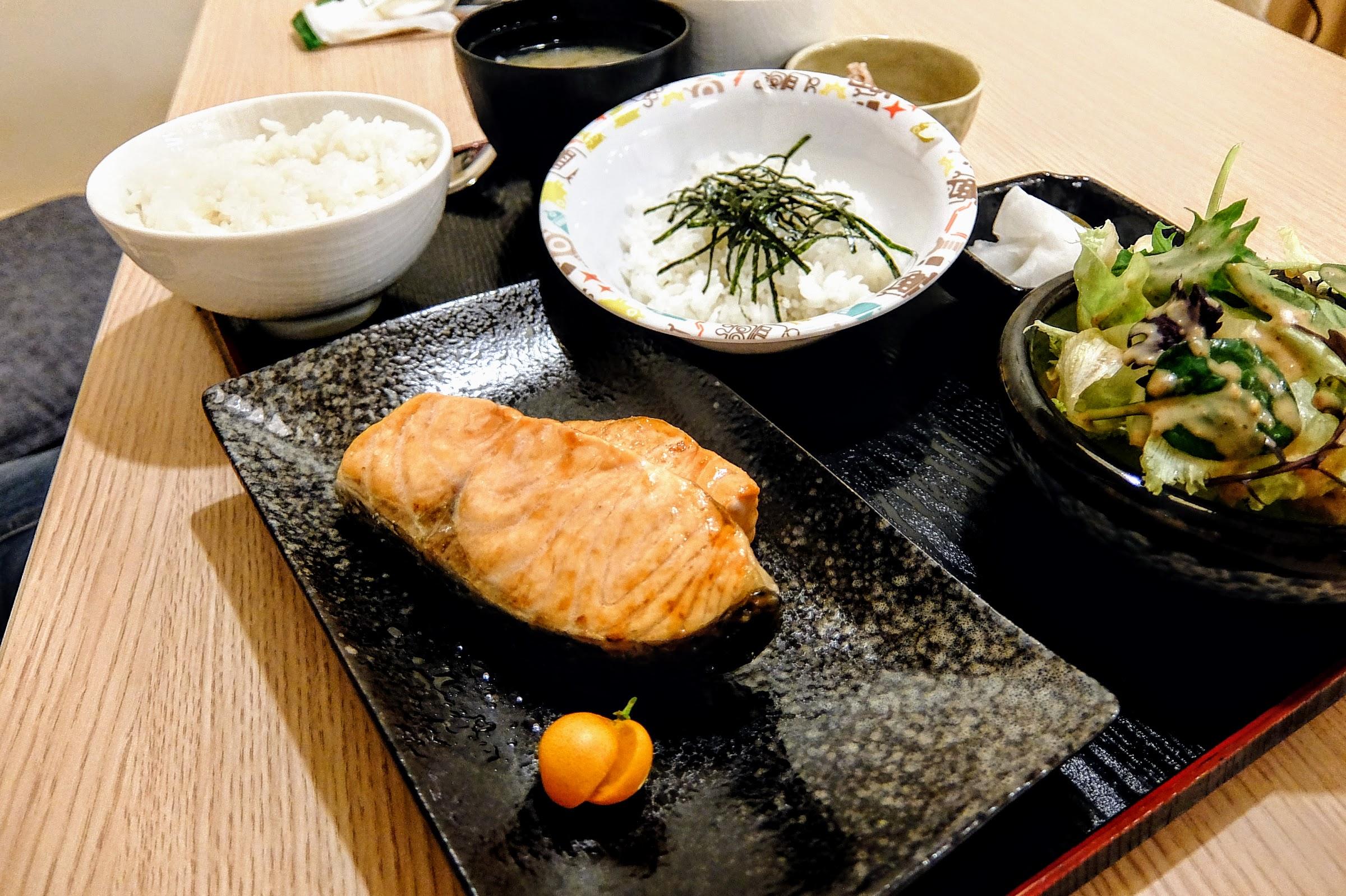 鹽烤鮭魚定食,鮭魚大片好吃啊