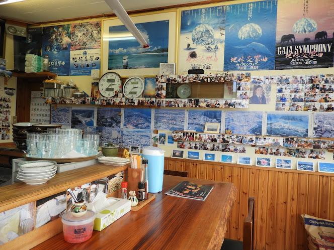 うちなぁそば青雲[浦添市] 店内のポスターと写真