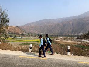 Photo: Die Jungs sind auf dem Weg zur Schule. Mitunter legen die Kids hier 5km und mehr zurück, um ihre Schulausbildung zu absolvieren.