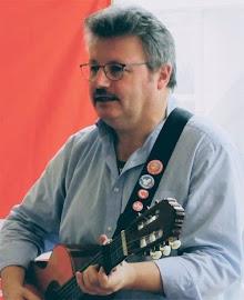 Flugblatt, Vorderseite: «Solidarität! Eine musikalische Reise…», Foto Achim Bigus mit Gitarre.