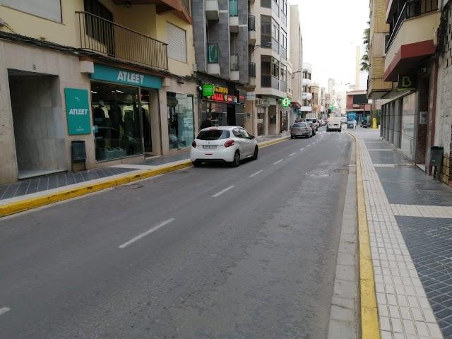 La calle Natalio Rivas presume de ser el epicentro comercial de Adra.