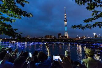 Photo: Moments after the lights of the Skytree turn on, the cameras come out at Tokyo's Sumida Hotaru Festival