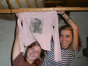 Photo: Martina, Hančí a její kultovní tričko z trenčínského sekáče. Na tričku je portrét Zenona Svatoše, správce Bajkalu !!