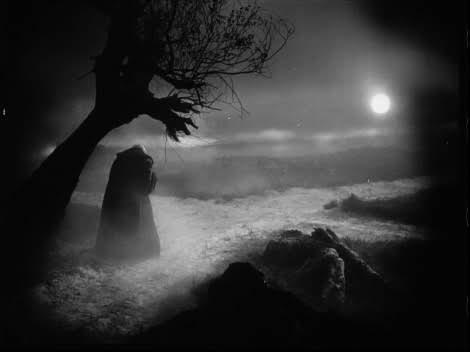 El diablo en a noche bajo un árbol a la luz de la luna