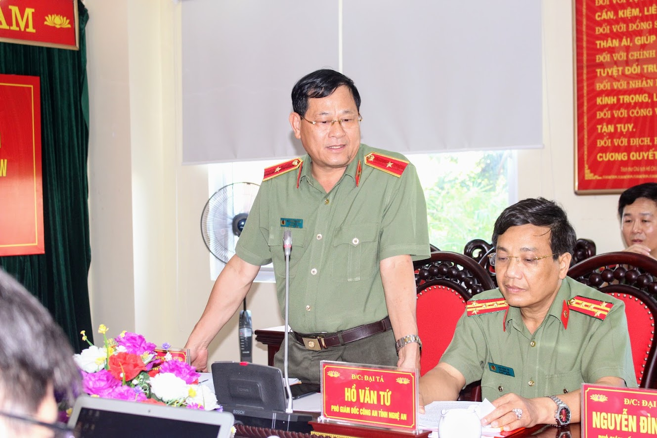 Đồng chí Thiếu tướng Nguyễn Hữu Cầu, Đại biểu Quốc hội, Ủy viên BTV Tỉnh ủy, Bí thư Đảng ủy, Giám đốc Công an Nghệ An phát biểu tại buổi làm việc