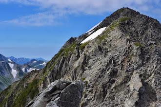 写真: 剣岳頂上。遠く、笠ヶ岳が見える。