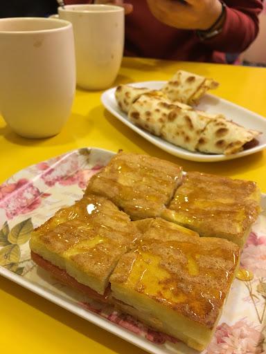 法乳火(法國土司+乳酪+火腿) 乳培餅(乳酪+培根+蛋餅) 特調奶茶 胚芽奶茶 需排隊等候約40分以上... 有排一下app可查詢排位.