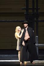Photo: CHOWANSCHTSCHINA an der Wiener Staatsoper. Inszenierung: Lev Dodin. Premiere 15. November 2014. Elena Maximova und Ain Anger.  Foto: Wiener Staatsoper/ Pöhn