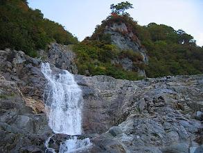 Photo: ツバメ岩を背景にスダレ状17mの滝、左カンテが結構ヌルヌルだった。