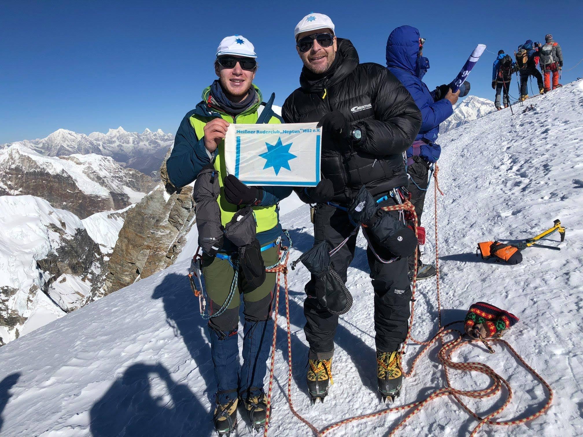 2 Meißner Ruderer am 30.10.2018 auf dem Mera Peak mit 6451 m Höhe, mit Blick auf das Dach der Welt