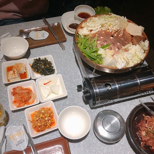 餐點內容有點少 單價偏高,味道比較淡一些⋯不是那麼道地的韓國料理⋯ 小菜可以免費續,銅盤烤肉免費附包菜