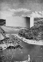 Photo: Projeto Mauá, feito por Oscar Niemeyer e idealizado por Joaquim Rolla, proprietário do Hotel Quitandinha. O prédio seria construído às margens do lago do Quitandinha e chegou a ter algumas unidades vendidas, mas a idéia não prosperou. Foto-montagem de 1951